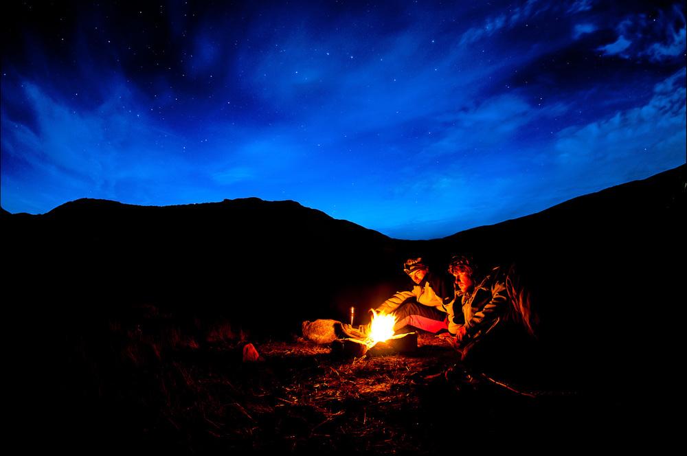 Qarlissuit, Grónsko, 14. září 2012 Ne, cool není sedět na prdeli doma u kompu a psát na facebook že jsi cool pomocí megahustejch zkratek jejichž význam si člověk musí googlovat. Cool ani není koupit si triko za litr, protože to je ta značka co nosí Rytmus a Zagorka na spaní. Cool je rozdělat si v mrazu oheň pod hvězdama v krajině, kde není jedinýho stromu. Nechat si vysrážet rosu na spacáku, nechat ji následně zmrznout a ve stanu zjistit že seš totálně cool. Vlastně totálně v hajzlu protože až do rána budeš klepat kosu a drnčet zubama že to bude plašit soby ještě tejden. Víc cool už to nejde. Tak tohle bych měl střelit těm týpkům,co dělaj reklamu pro Snickers...