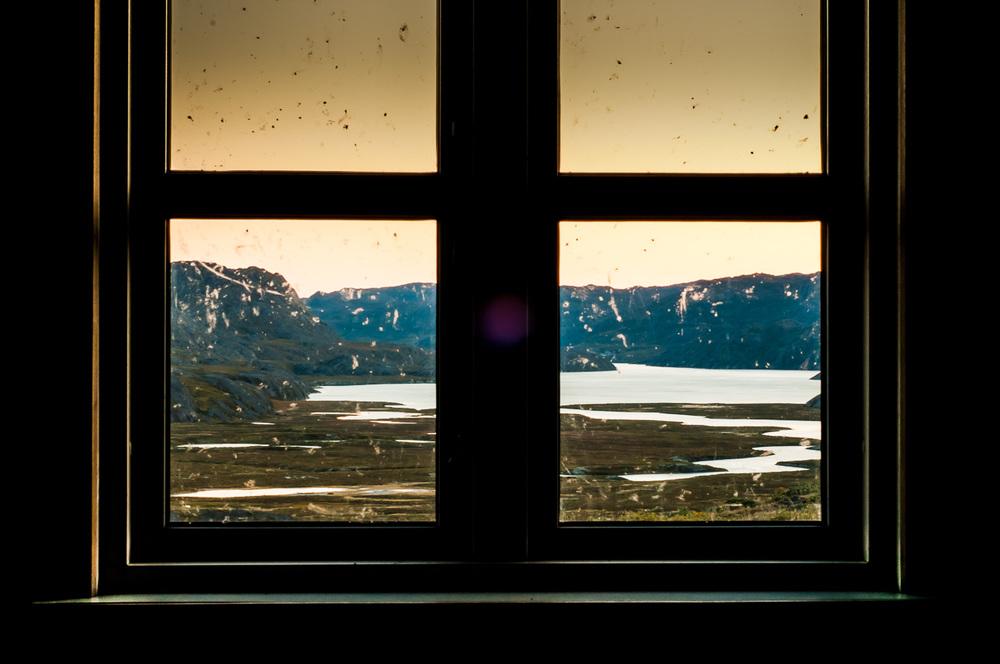 """Eqalugaarniarfik, Grónsko, 15. září 2012 Někdy není snadný pohlédnout pravdě do tváře a smířit se s ní. Snadno si člověk nalže že už leccos viděl a leccos umí. Realita je často ale někde úplně jinde, vysoký mínění má o sobě zpravidla jen ten nejomezenější hňup. Takže to říkám na rovinu: celkově je podle mě zatraceně málo fotografů, kteří fakt fotí, mají cit, rozmýšlí... Když se ale člověk ohlédne za celé století zpět, najdou se v něm časem zahuštěná jména dosud nepřekonaných heroes. Jednou z nejvíc epic figur československý fotografie vždy byl a bude Josef Sudek (1896-1976). Tenhle týpek si vystačil s naprosto minimálním vybavením, a jen tak klíďo píďo si fotil převážně v centru Prahy aby rozsekal každýho dalšího, kdo se o něco podobnýho kdy pokusí. Dodnes. Všichni si s těma moderníma zrcadlovkama a počítačema tak maximálně můžeme koupit vstupenku na jeho výstavu a čumět jak se to dělá. Uměl! Jedna z jeho big fotek se jmenuje """"pohled z okna mého ateliéru"""", což byl ve skutečnosti kompozičně brutálně vychytanej snímek z okna miniaturní místnosti , kde fotil. Ruku na srdce - kdo ho byť nevědomky někdy nenapodobil? Respekt pane guru. Jedním snímkem založil vlastně celý proud. Vždyť kolik věcí, krom ženských, je tak neskutečně úžasných a nekonečně fotogenických? Pohled z okna, ať už je kdekoliv otvírá brány ven. Vzbuzuje představivost. Zasněnost. Vyvolává vzpomínky na minulost, přivolává myšlenky na budoucnost. Kdo z Vás občas občas nestojí u okna a prázdně hledí ven? Tady je můj výstřel do tmy. PS.: Kdo by to náhodou nepoznal, jedná se o fjord Maligiaq focený z okna chaty Eqalugaarniarfik."""