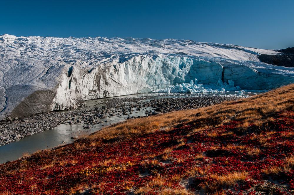 Russelův ledovec patří mezi nejoblíbenější turistické cíle v okolí Kangerlussuaqu. Cestovní kanceláře sídlící v Kangerlussuaqu k němu v sezóně každý den vozí přímo z letiště desítky turistů.
