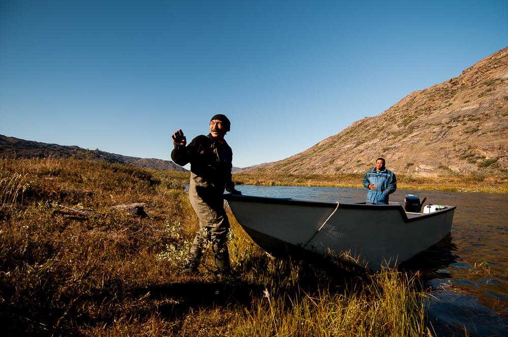 Inuité na lovu sobů nás zdravili už z dálky. Navíc nás převezli přes řeku Itinneq, jejímuž brodění bychom se jinak zcela jistě nevyhnuli. Inuité už dávno upustili od užívání tradičních materiálů a jsou vybaveni moderním vybavením pro lov a život v přírodě.