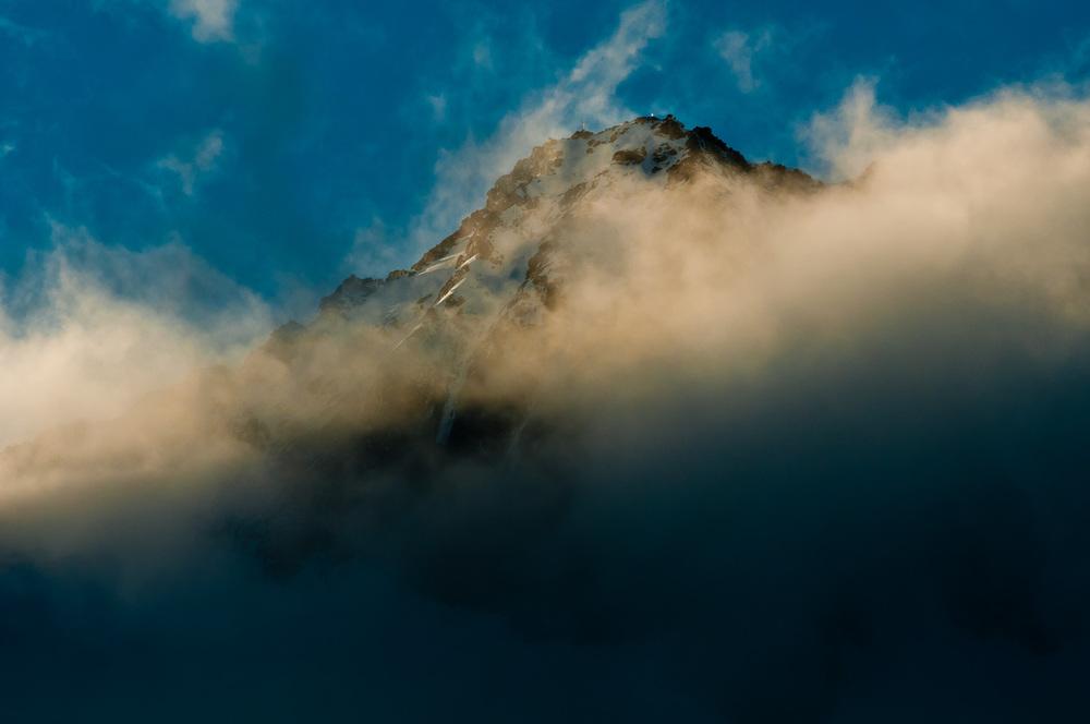Hochalmspitze, Rakousko, 27. listopadu 2011 Mojžíš tedy vystoupil na horu a horu přikryl oblak. Hospodinova sláva přebývala na hoře Sínaji a oblak ji přikrýval po šest dní. Sedmého dne zavolal Hospodin na Mojžíše zprostřed oblaku. Hospodinova sláva se jevila pohledu Izraelců jako stravující oheň na vrcholku hory. Mojžíš vstoupil doprostřed oblaku. Vystoupil na horu a byl na hoře čtyřicet dní a čtyřicet nocí. Exodus 24, 15-18.