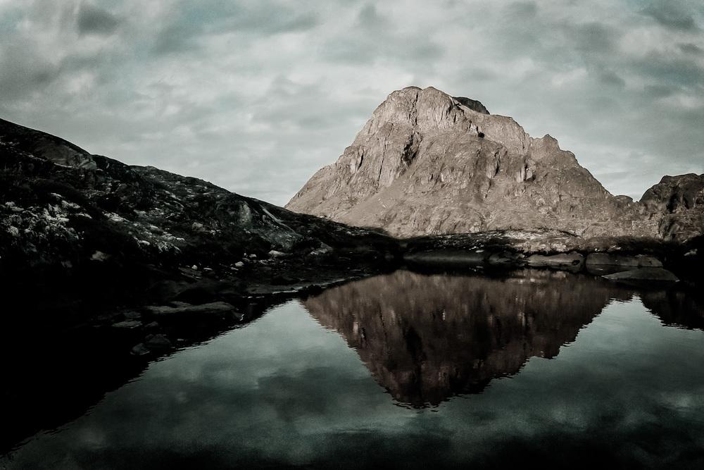"""24. srpna 2012, hora Nasaasaaq u města Sisimiut, Grónsko Byl to náš první den na největším ostrově světa. Od rána bylo pod mrakem a už to vypadalo, že od ohně vstávat rozhodně nebudu. Z ničeho nic se však slunko přece jen prodralo skrz oblaka. Rychle jsem nastavil GoPro na časosběr a věnoval se mezitím fotografování. Ačkoliv z časosběru jako celku nakonec nebylo nic, jeden snímek za """"vyvolání"""" myslím stál. ISO 118, 1/100 s"""