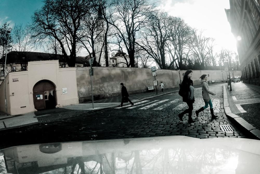 3. ledna 2012, křižovatka Kateřinské a Viničné, Praha Nečekaná momentka, pořízená opět během nepříliš povedeného časosběru, který jsem snímal na kapotě auta během stěhování výstavy z Karolina. Přestože fotografie vybírám já, jedná se svým způsobem o mnohem objektivnější zachycení reality, neboť nemohu ovlivnit okamžik stisku spouště… ISO 100, 1/1050 s