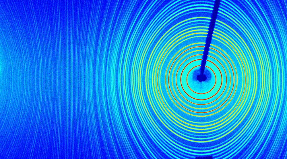 Rentgenový obraz látek. Před 100 lety se podařilo na univerzitě v Mnichově Maxi von Laueovi, Paulu Knippingovi a Walteru Friedrichovi pomocí ohybových jevů (difrakce) potvrdit vlnovou povahu rentgenového záření. Také se tímto pokusem potvrdila hypotéza o mikroskopickém uspořádání krystalických látek - atomy jsou v krystalických látkách pravidelně, periodicky uspořádány. Metoda rentgenové difrakce se dnes rutinně používá ke studiu struktury látek. Orig. S. Daniš