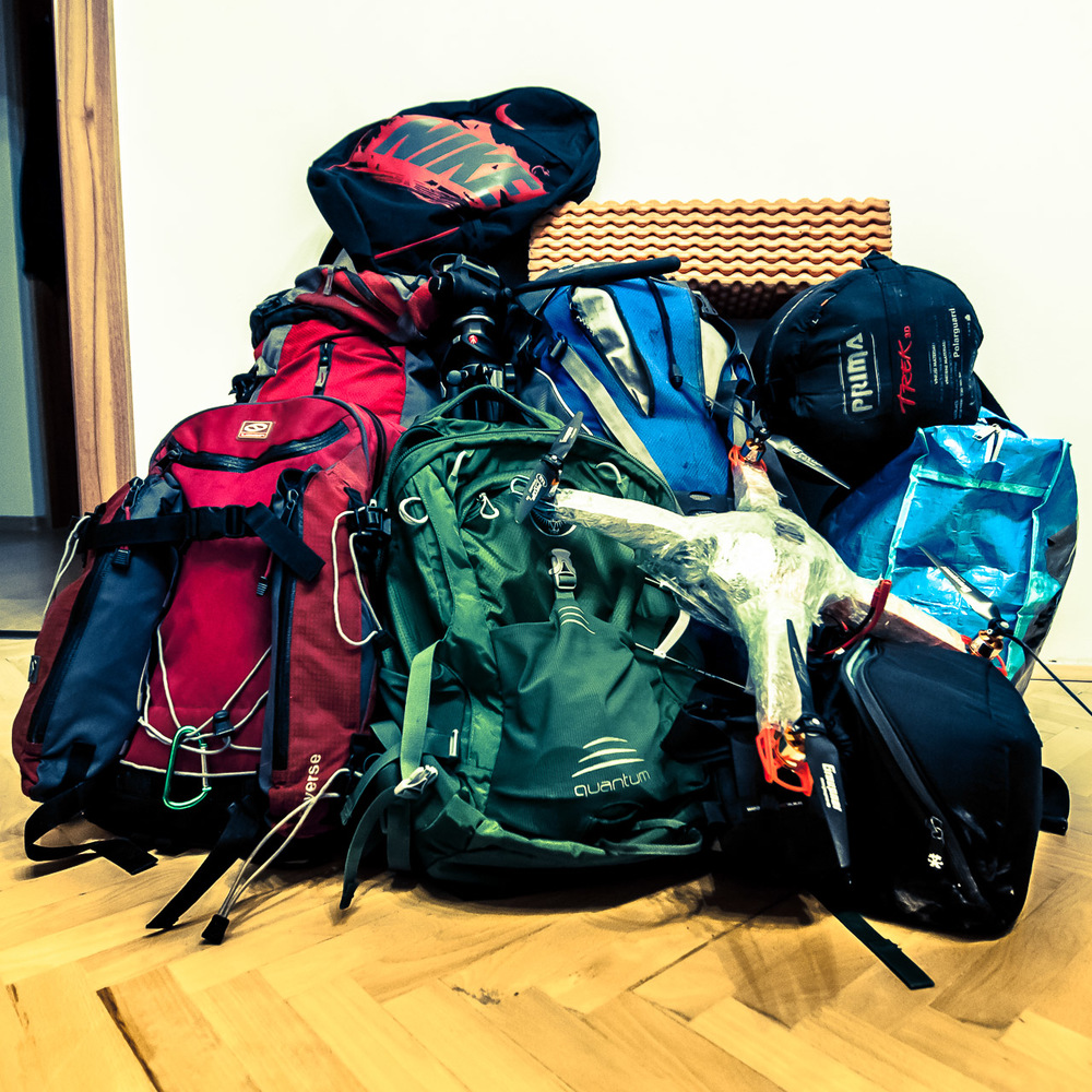 """8. března 2013    Touto dobou jsme měli vyrážet na tradiční výjezd směr všemi milovaný alpský vrchol Hochalmspitze. Předpověď počasí je však jasná, a byla by to ztráta času. Rozhodli jsem se tedy podniknout zimní outdoorové soustředění v německém Sasku. Právě jsem dobalil """"baťoh"""" a žena mi poradila, abych se nad sebou zamyslel, že to není normální. Je pravda, že když jeden člověk veze na tři dny dvě plné krosny, tři baťohy, velkou zavírací tašku, fotobrašnu, věci na spaní a vrtulník, není to normální vůbec. A tak jsem se nad sebou zamyslel a přidal ještě pár drobností. Ten víkend totiž normální být nemá, takže mít normální baťoh by bylo naprosto nenormální :-) Jen jsem zvědav, jak se nás pět vejde to jednoho auta... PS.: na vysvětlenou - tolik věcí odpovídá tomu, že plánujeme procvičovat mnoho různých technik, od lezení (možná ještě po ledu) a boulderování, slaňování, několik různých typů úvazů, přes spaní v jeskyních, lítání vrtulníkem mezi skalami, Kienovu houpačku, až po """"zimní raft"""". Všechno chci samozřejmě fotit a natáčet, jak jinak... To všechno s nejlepšíma kamarádama, no prostě víkend k nezaplacení :-)"""