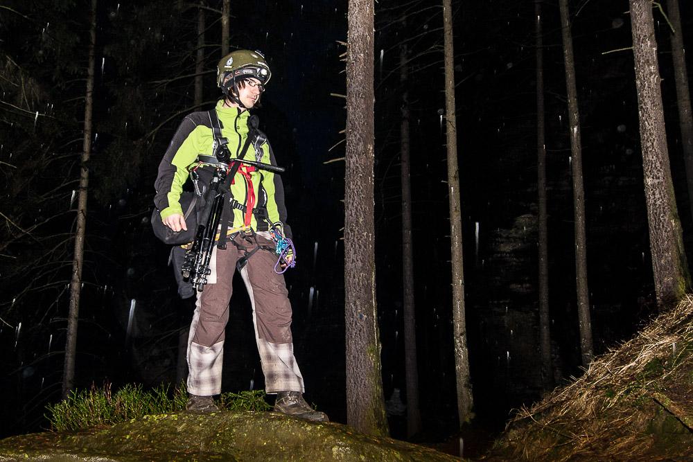 Já s inkriminovaným bleskem i rádiovým TTL odpalovačem, těsně před sestupem do Loupežnické jeskyně; fotil Michal Votápka; místo i čas shodné s popisem v článku.