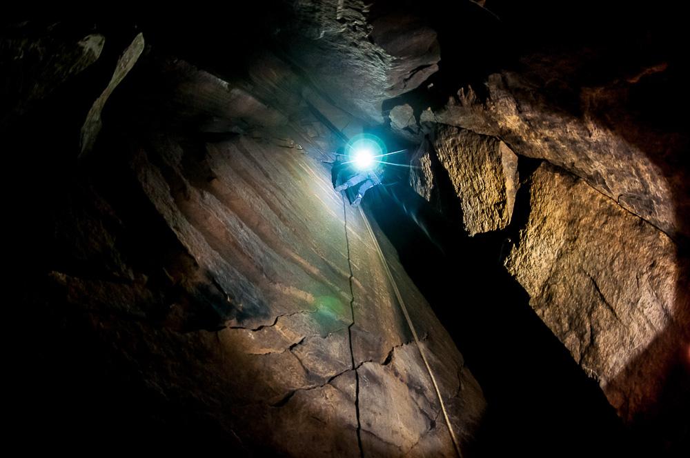 Loupežnická jeskyně, kamarádi sestupují dolů, aby mi pomohli najít části blesku.