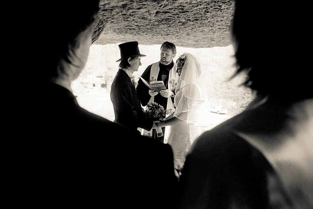 Zůza & já, 21. dubna 2012, jeskyně Klemperka u Kokořína Nápad fotit svou vlastní svatbu se nelíbil mé nastávající ženě, mé nastávající tchýni a vlastně ani mně. Ale jak se s tím popasovat? Reportážní fotky jsem nechal na svém kamarádu Petru Vodičkovi (autor tohoto snímku), večerní snímky pak na můj foťák, s mými blesky a na místech, která jsem vybral spolu s mou ženou, fotil kamarád druhý, Vojta Duchoslav. Oba převedli takový výkon, že je oba obdivuji doteď…TECHNIKA : Nikon FM3a, objektiv Nikkor 24mm f/2.8 AI-s, film: Ilford HP5+