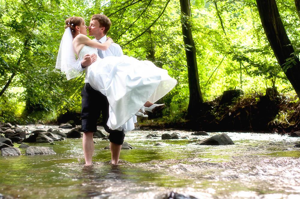 Káťa & To máš, 12. června 2010, Podskala Tomu, že na můj nápad přenést nevěstu přes řeku ti dva přistoupí, jsem až prakticky do stisku spouště nevěřil…TECHNIKA : Nikon D300, Nikon 50 mm f/1,8 AF-S Nikkor G, 1/160 s, f/2,5, ISO 320