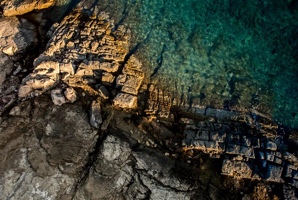 Rozeklaná skaliska a tyrkysově modrá voda jsou vůbec pro Chorvatsko velmi typické. Kolmý pohled dolů se mi pro tento typ struktur jevil pak jako nejlepší.  1/4000 s, f/3,5, ISO 400