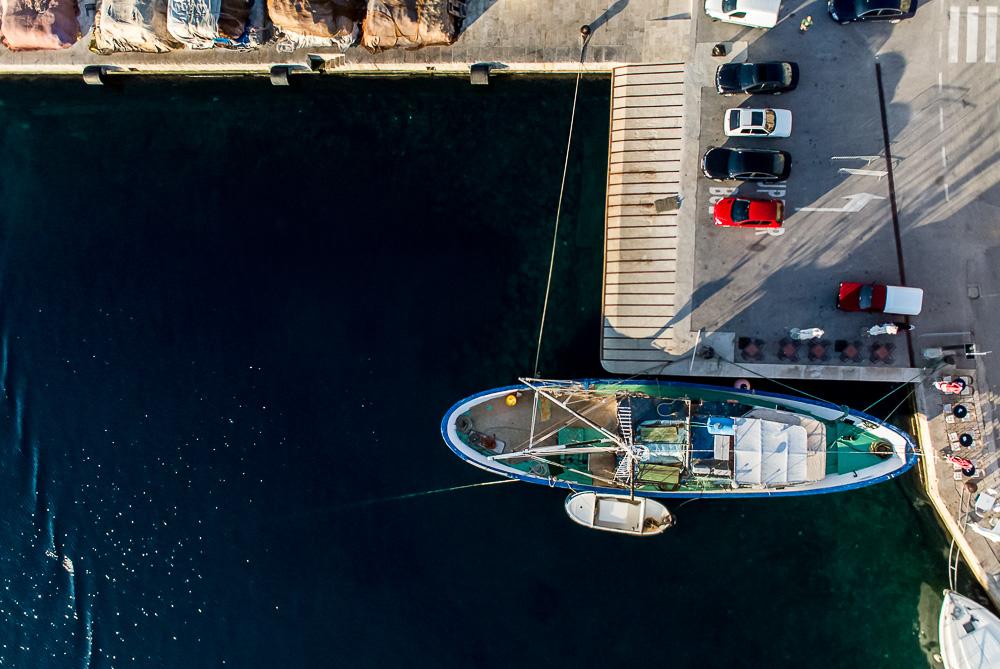 Rybářská loď za časného rána. Vrtulník jsem musel nad středem lodi držet hodně dlouho, aby alespoň na jednom snímku vyšla kompozice, s jakou bych byl spokojený.  1/4000 s, f/2,8, ISO 800