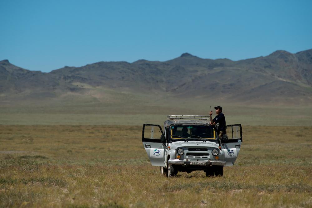 Náš super džíp. Na snímku je vidět rančer v okamžiku rádiového spojení se strážním postem.