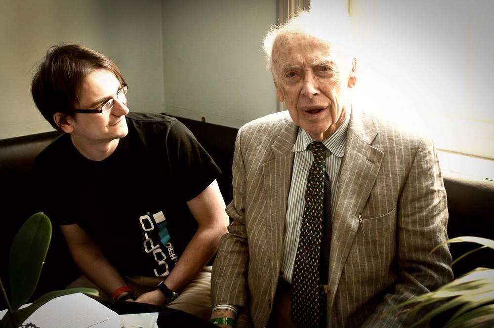 6. června 2013   Pán napravo je Sir Profesor James Watson, který před 60ti (1953) lety společně s kolegou Francisem Crickem objevil a popsal strukturu DNA. Jako první mj. odhadli, že se jedná o strukturu nesoucí genetickou informaci. Oba za tenhle objev dostali Nobelovu cenu (1962) a patří mezi ty největší vědecké celebrity světa. Debžota po jeho boku asi už poznáte. Setkání jako je tohle dnešní patří pro mě mezi hlavní důvody, proč se účastnit soutěží jako je FameLab Czech Republic - Česká republika - doma tohodle strejdu fakt nepotkáte..