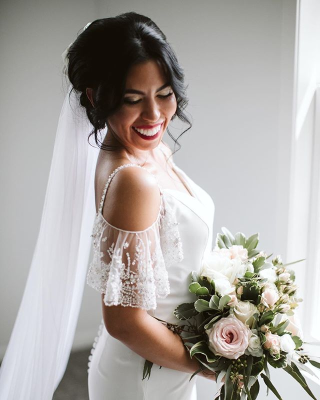 Brides definitely have a stunning glow! I'm so in love with this off the shoulder wedding dress. I can't wait to share more of this wedding a couple weeks ago! 😍