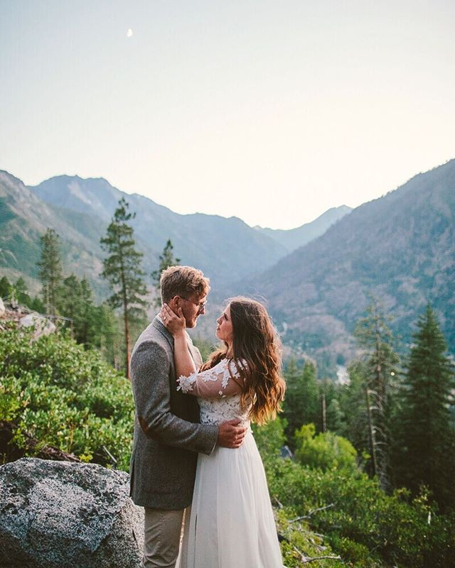 It's crazy to think that last year around this time I was in Leavenworth, Washington with the @cascadeworkshop crew! Still some of my favorite mini session photos I've taken— up in the mountains at sunset.