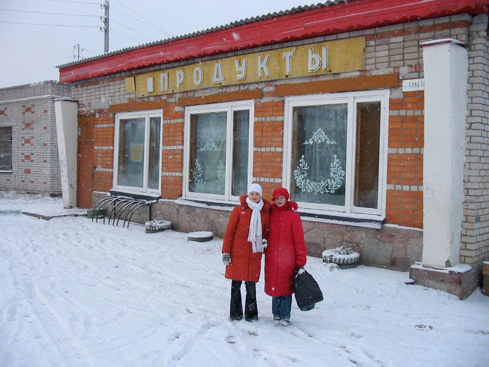 Katja & Nina outside the supermarket