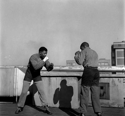 © Bob Gosani, Mandela Boxing, 1957. Published in Drum Magazine