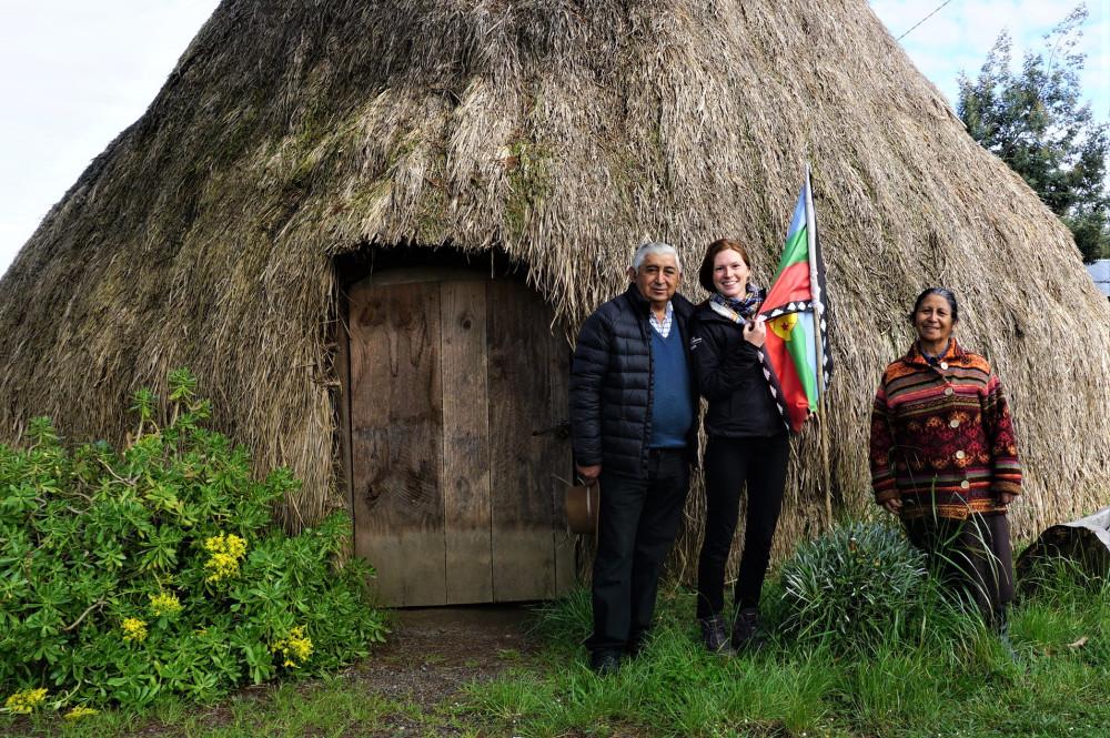 Les habitants locaux et moi devant une « Ruka », maison traditionnelle Mapuche faite entièrement de matériaux naturels tel que de la paille et de la terre.