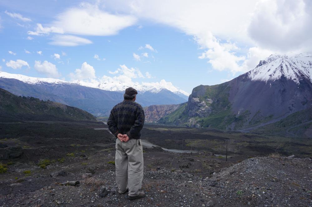 Arturo, qui comtemple la vallée derrière sa maison en me partageant ses impressions sur l'état des glaciers locaux.