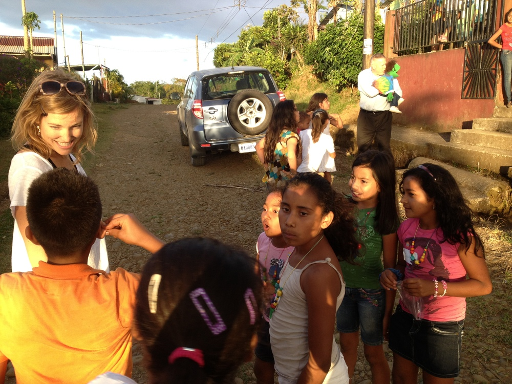 Luci Butler with Costa Rican Children 2