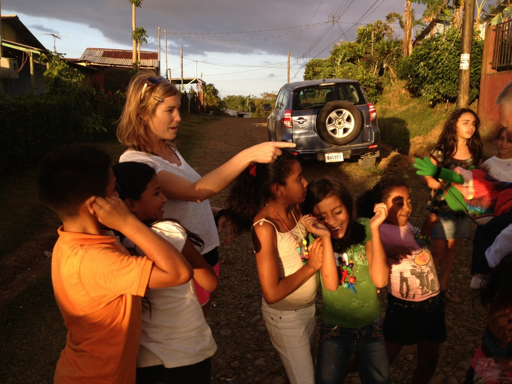 Luci Butler with Costa Rican Children 5