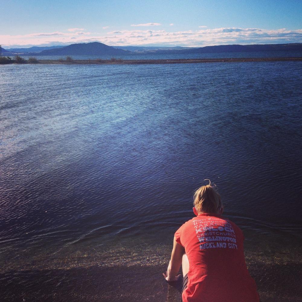 Leah vid hennes lantställe vid Lake Taupo