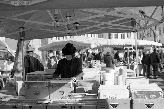 Buying records at the Gent flea market. My first roll of @bergger_official Pancro 400, processed with Ber49 developer, taken on an Olympus OM-1n with a 28mm f2.8 lens. #berggerpancro400 #developedathome #analogphotography #olympusom1n #ber49 #blackandwhite #gent #belgium #streetphotography #analoglife #filmphotography #filmsnotdead #staybrokeshootfilm #laboargentique