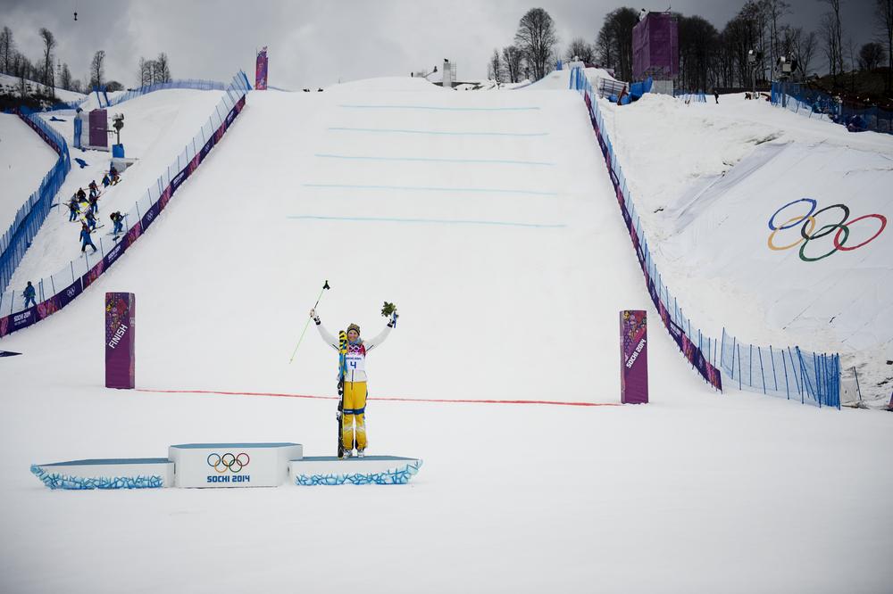 Anna Holmlund på pallen efter brons i damernas skicross.