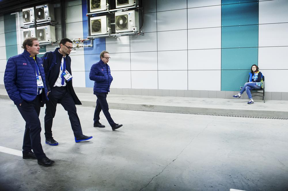 Pär Pettersson, Peter Popovic och Pär Mårts lämnar OS-finalen ochbolshoy arena efter förlust i OS-finalen.