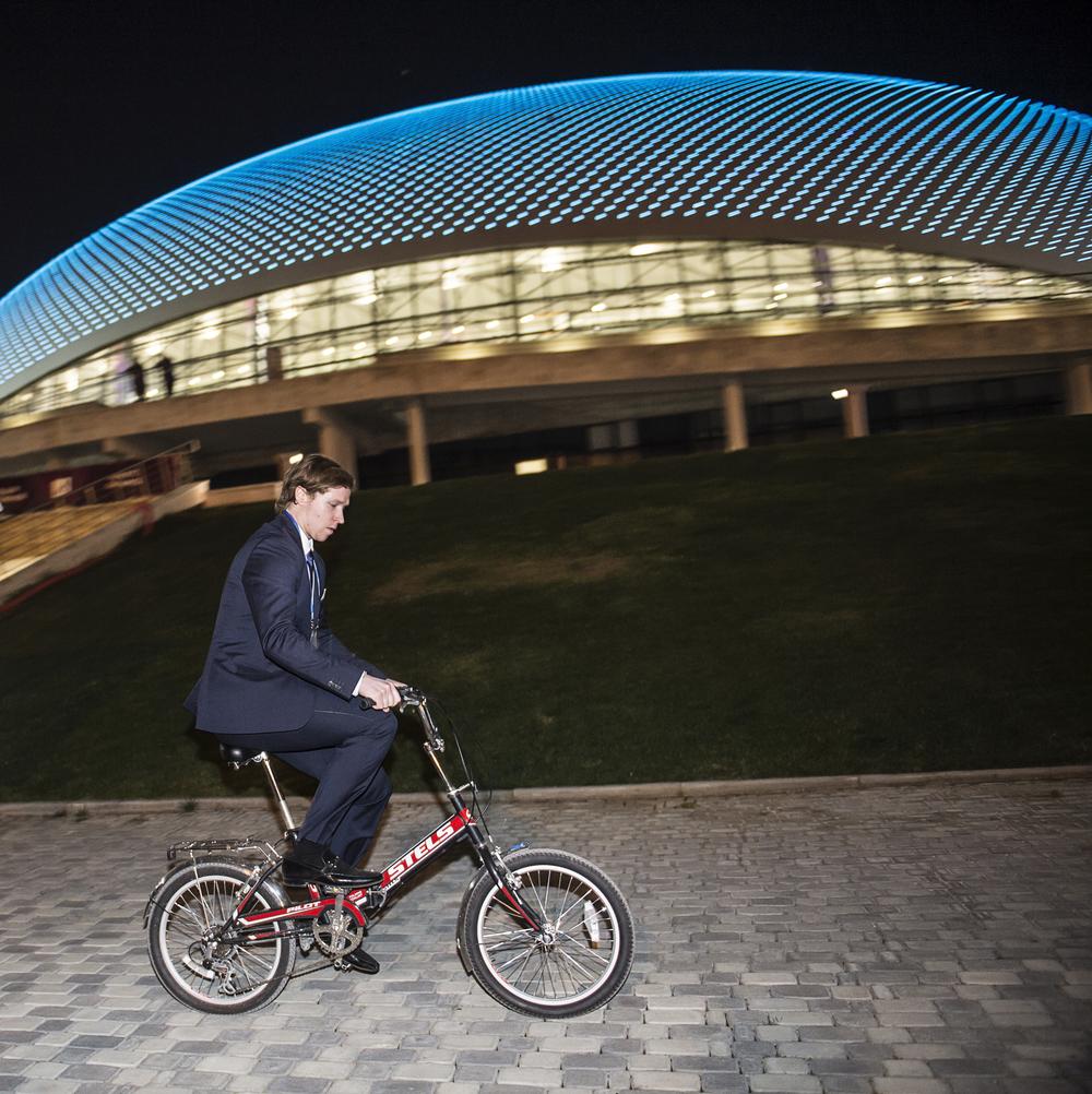 Nicklas Bäckström tar cykeln frånbolshoy arena efter att han avslutat presskonferensen, med anledning av ett dopingtest visade sig vara positivt.