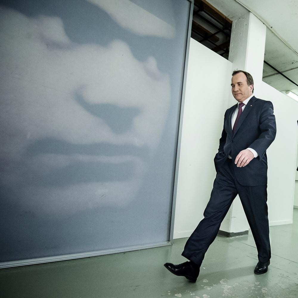 Socialdemokraternas partiledare Stefan Löfven lämnar SVT efter sin medverkan i programmet agenda.