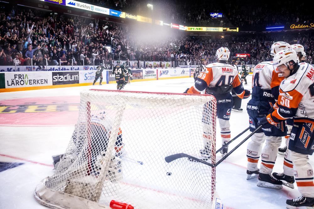 Rickard Wallin fixade sitt Färjestad till final i SHLs hockeyslutspel efter vinst mot Växjö i en rafflande förlängning. Sebastian Erixon i Växjö blev knäckt. Eller ja, i alla fall klubban.