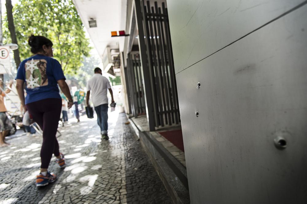 Vi bor tillfället i Rio på en väldigt lugn adress. Trodde vi iallafall. Vi fick höra att för för en vecka sedan var det skottlossning porten bredvid där vi bor. Mycket riktigt. Tre fina kulhål i fasaden...