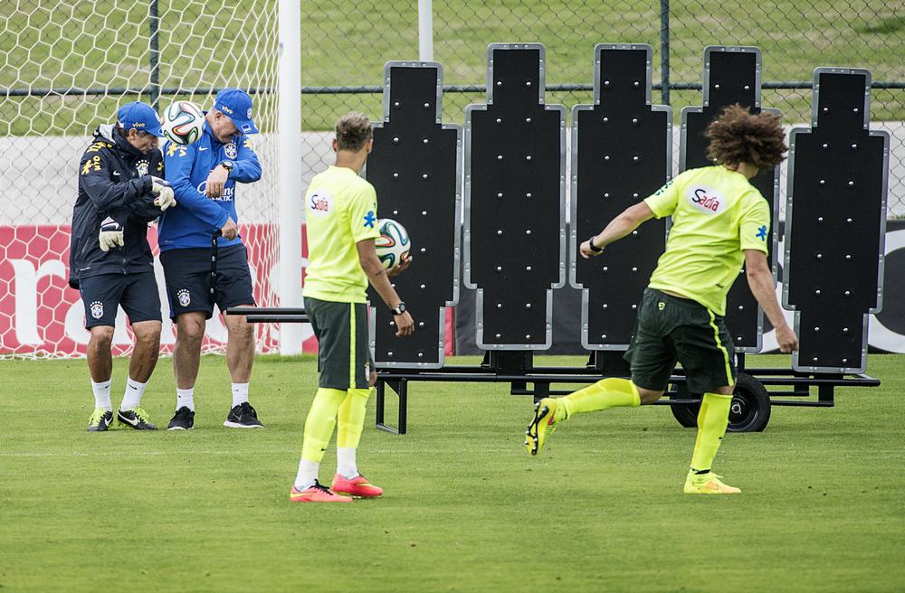 David Luiz tränade frisparkar och lyckades träffa Felipe Scolari och målvaktstränaren Carlos Pracidelli som agerade mur...
