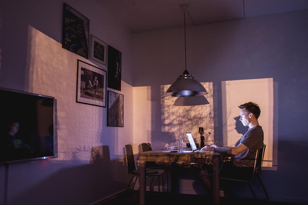 Hemmet och arbetsplatsen. Livet som frilans. Jag har i alla fall fint ljus i vardagsrummet på kvällarna :)
