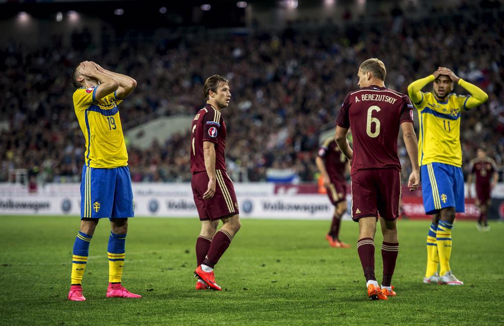 Sveriges Marcus Berg och Isaac Kiese Thelin deppar när Sverige förlorar mot Ryssland i EM-kvalet.
