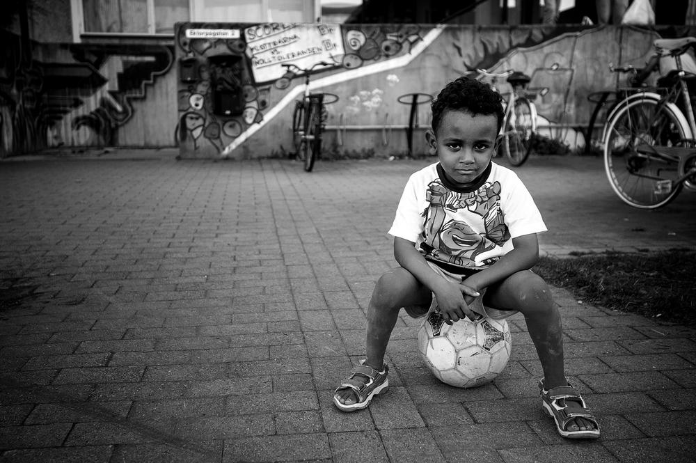 """En nyanländ pojke utanför asylboendet """"bollen"""" i Norrköping."""