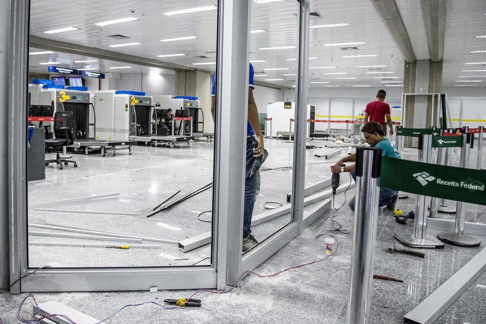 En säkerhetskontroll byggs på flygplatsen.