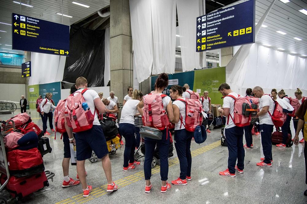 Brittiska OS-deltagare på flygplatsen.
