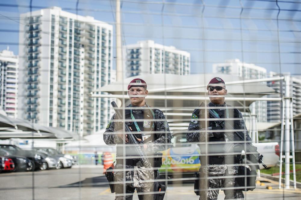 OS-byn där de aktiva kommer bo under OS vaktas av militär.