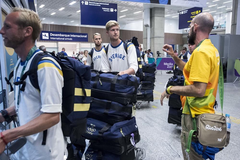 Fotbollslaget anländer till flygplatsen.