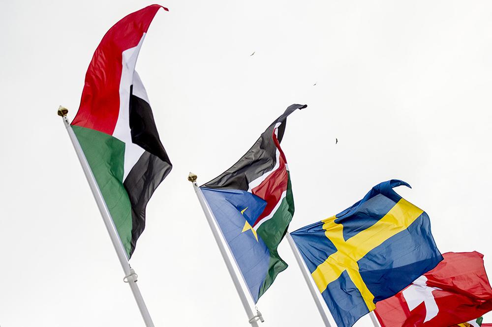 Sydsudans flagga vajar bredvid den svenska.
