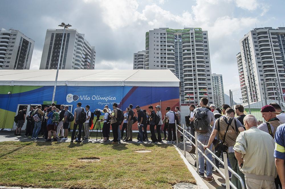 Media i massor köade för att släppas in i OS-byn.