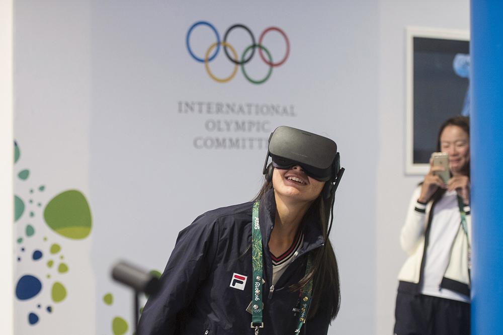 Yuen Yin Lee, rodd, testar VR-glasögon i OS-byn och blir...