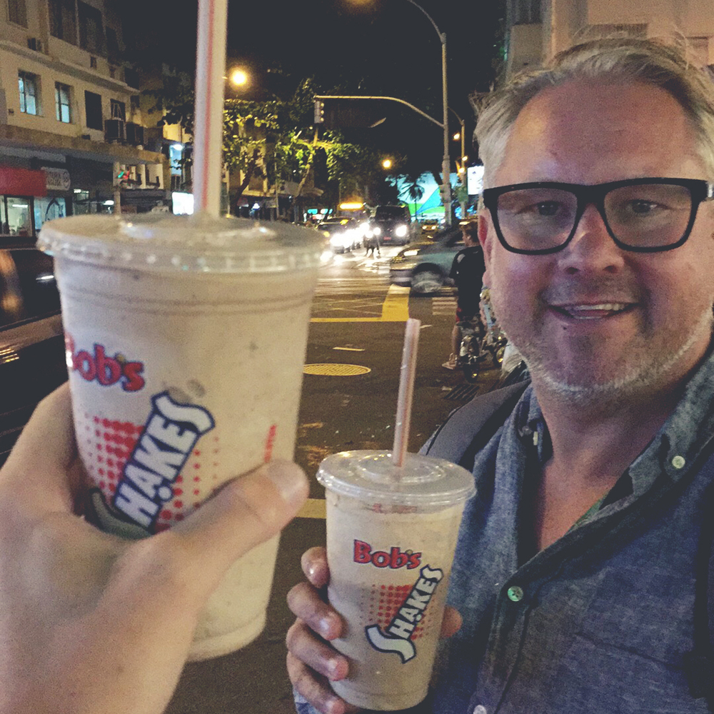 Efteråt klappade vi oss själva på axeln och sa: nu har vi förändrat världen, vi är värda en shake. Mot bobs burger och inta deras ovomaltine-shake. +++++.