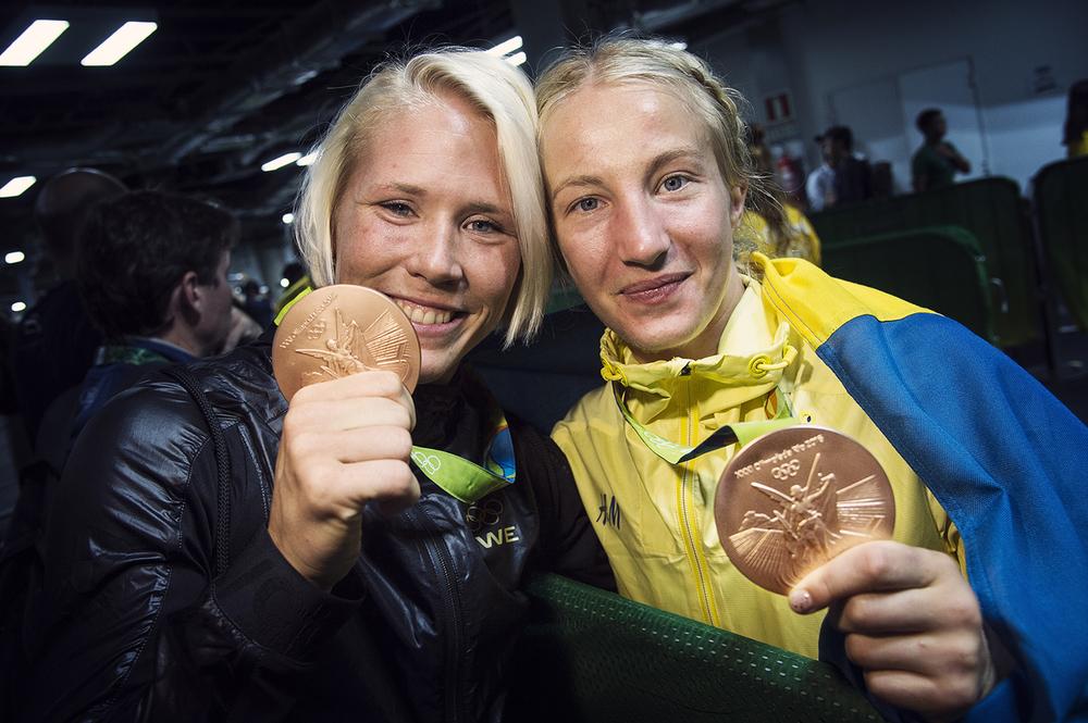 Jenny Fransson tog det första bronset på damsidan någonsin. Här firar hon tillsammans med Sofia Mattsson.