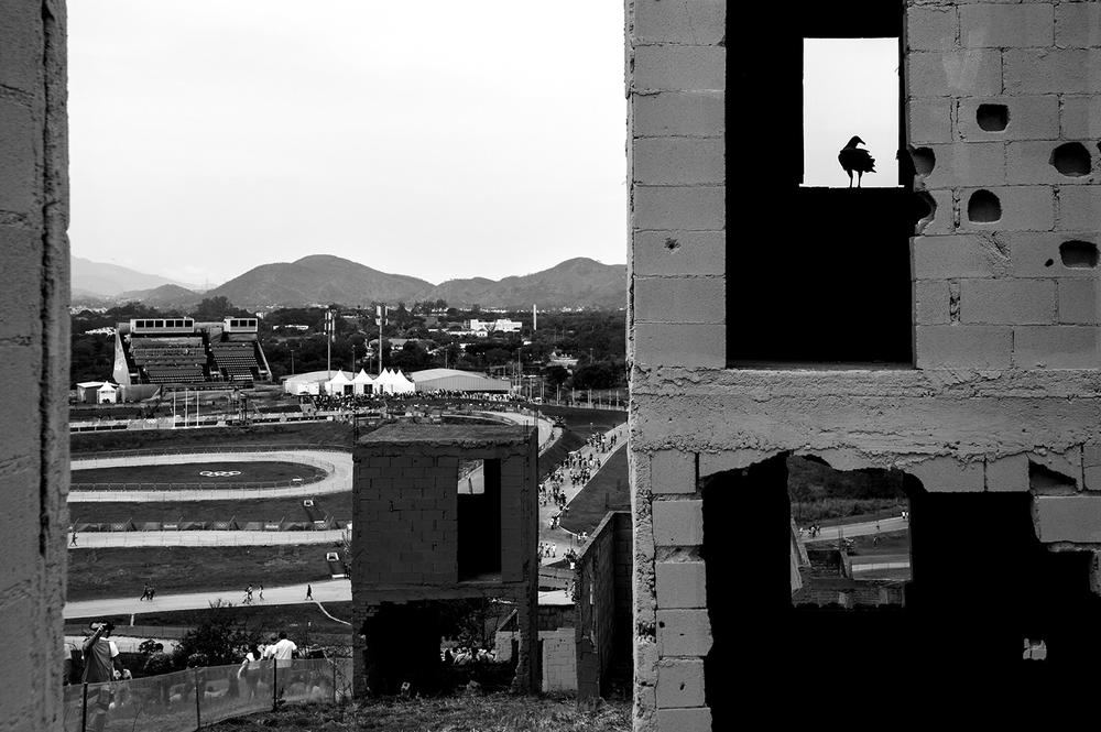 """Området Deodoro är ett av flera """"clusters"""" där os-tävlingarna går. Det är ett militärområde och i de lite mer bergiga delen körs mountainbiken. Här i de konstgjorda favelabyggnaderna har militären tidigare övat. Nu är det mer en häftig bakgrund tillsammans med ringarna under tävlingarna."""