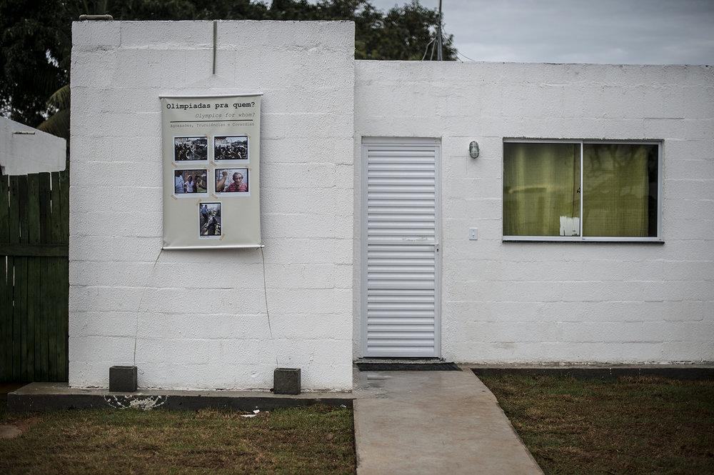 Många av de boende har satt upp affischer på husen för att minnas våldsamheterna i samband med demonstrationer i området.