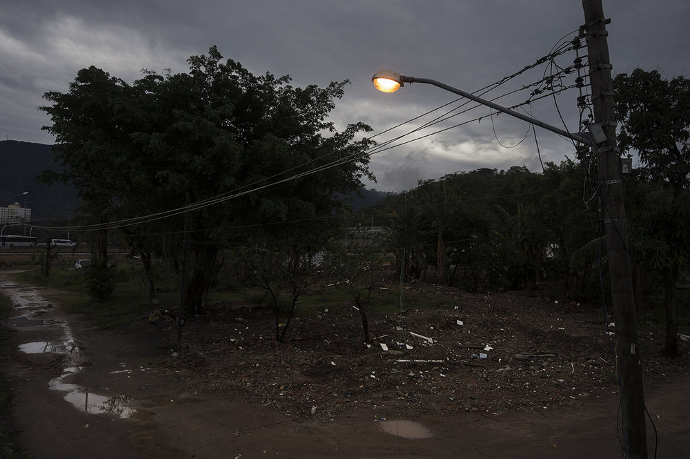 En ensam gatlampa fungerar fortfarande och lyser upp platsen där Sandras hus stod i 21 år.'
