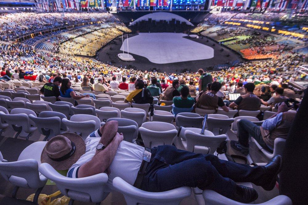 En man vilar några timmar innan OS-invigningen på Maracana i Rio de Janeiro.